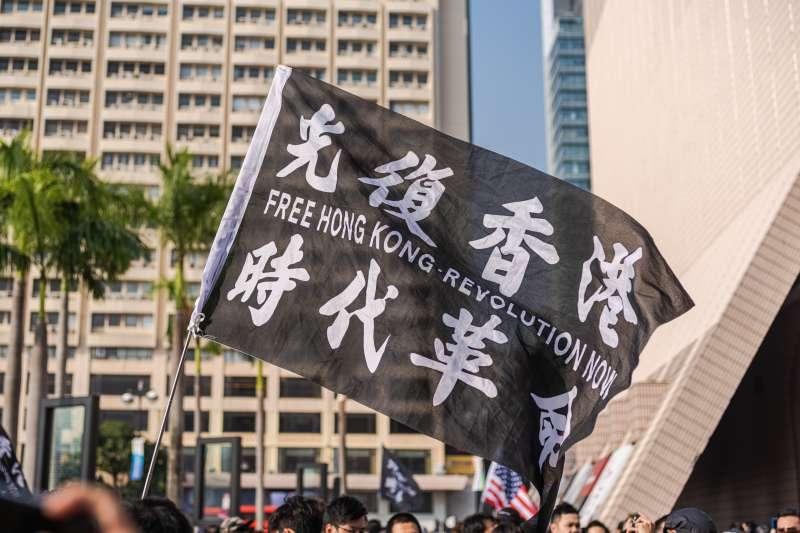 針對香港歌手黃耀明遭港府廉政公署指控,在香港立法會補選造勢現場演唱歌曲「向他人提供娛樂誘使投票」被捕,民進黨聲明痛批。(資料照,取自Studio Incendo@維基百科)