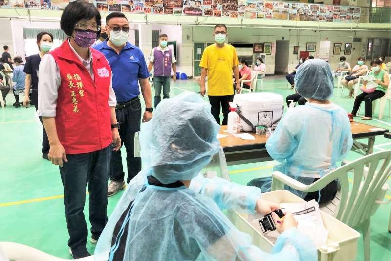彰化縣長王惠美到員林國小關心疫苗施打情形。(圖/彰化縣政府提供)