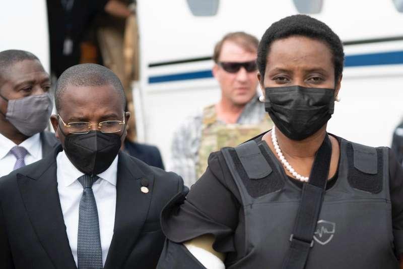 2021年7月17日,在美國就醫的海地總統摩依士遺孀瑪婷返國(AP)