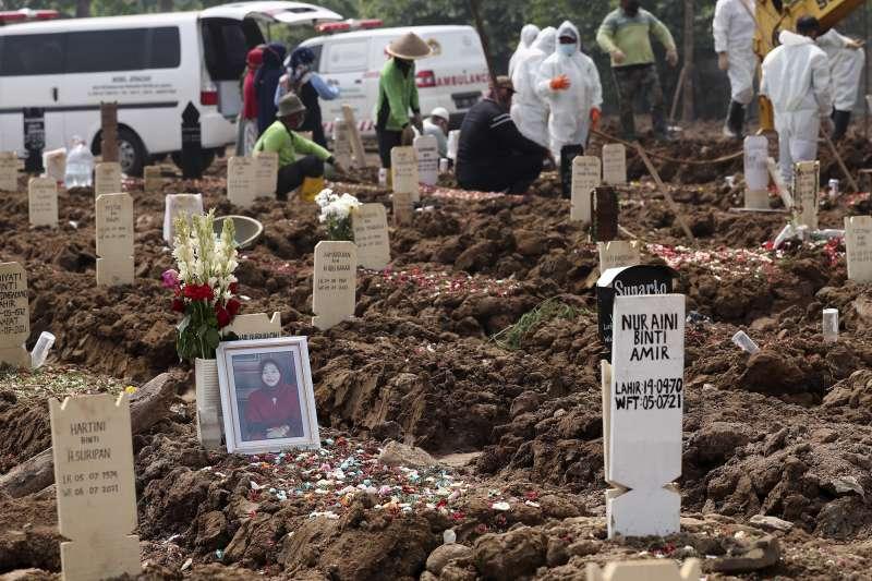2021年7月,印尼新冠疫情嚴峻,墓園爆滿。(AP)