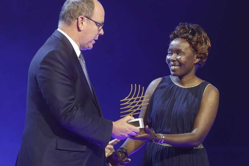 2016年,肯亞長跑女將、難民隊隊長洛魯普獲頒2016世界田徑獎主席獎項目,頒獎人為摩納哥王子阿爾貝二世(AP)