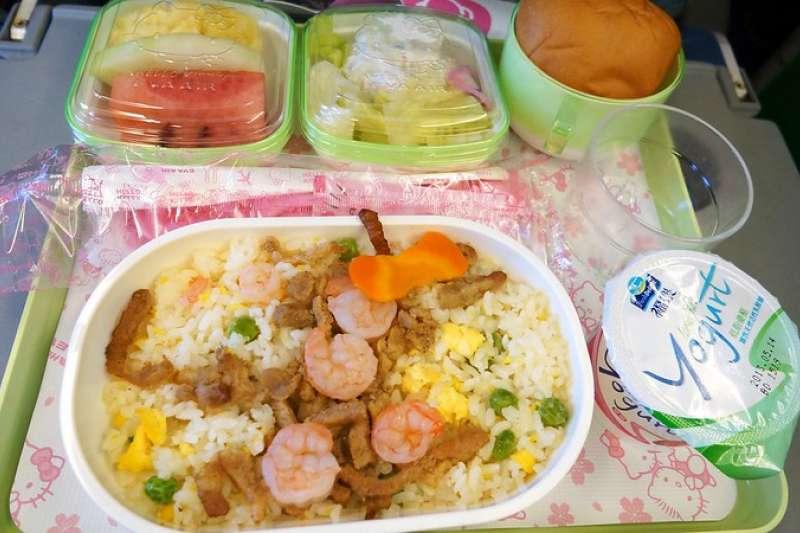 飛機餐是許多人出國的一大體驗,然而多數人不喜歡飛機餐的味道、口感,專家指出餐點難吃並不是空廚、冷凍食物的錯,而是因為被機艙內的聲音影響了。(圖/取自flickr@挪威企鵝)