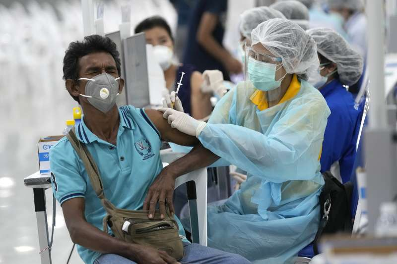 7月14日,泰國曼谷,醫護人員正在為民眾接種AZ疫苗(美聯社)