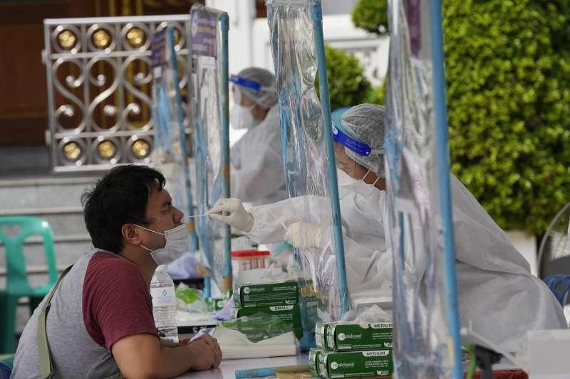 7月7日,泰國曼谷醫護人員正為民眾採檢(美聯社)
