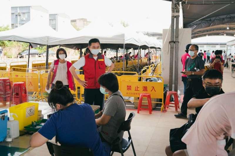 新竹市長林智堅20日宣布,經過與竹市5大醫院協調,將陸續開設平日晚間疫苗施打門診,讓民眾能更方便完成接種。(新竹市政府提供)