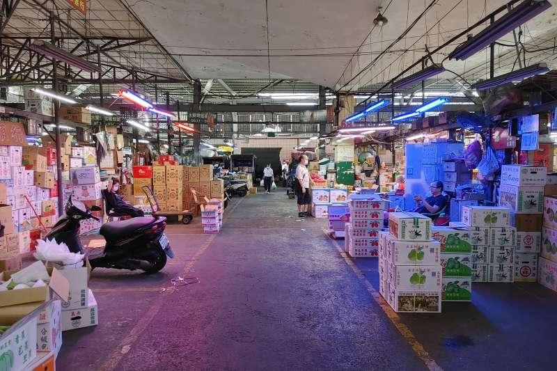 20210720-第一果菜批發市場堆的貨物遠遠超過客人。(洪敏隆攝)