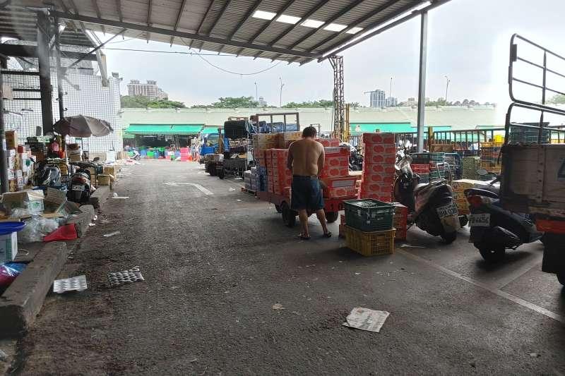 20210720-第一果菜批發市場還是有很多承銷商忙著裝卸貨。(洪敏隆攝)
