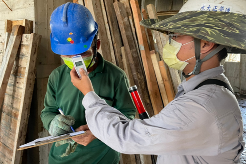 為降低建築工地感染特殊傳染性肺炎風險,以杜絕傳染病源進入建築工區,嚴格實施工地防疫管制升級,落實工地實聯制。(圖/高雄市工務局提供)