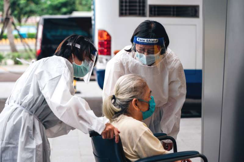 國內爆發新冠肺炎時,許多患者均為年長者,重症者也是。(資料照,新北市社會局提供)