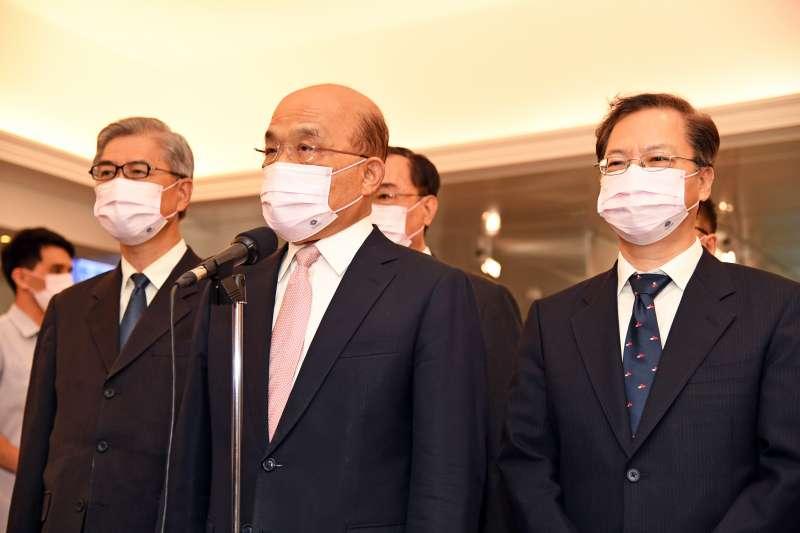 行政院長蘇貞昌(中)27日證實,新一波自購疫苗將於午後抵台。(資料照,行政院提供)