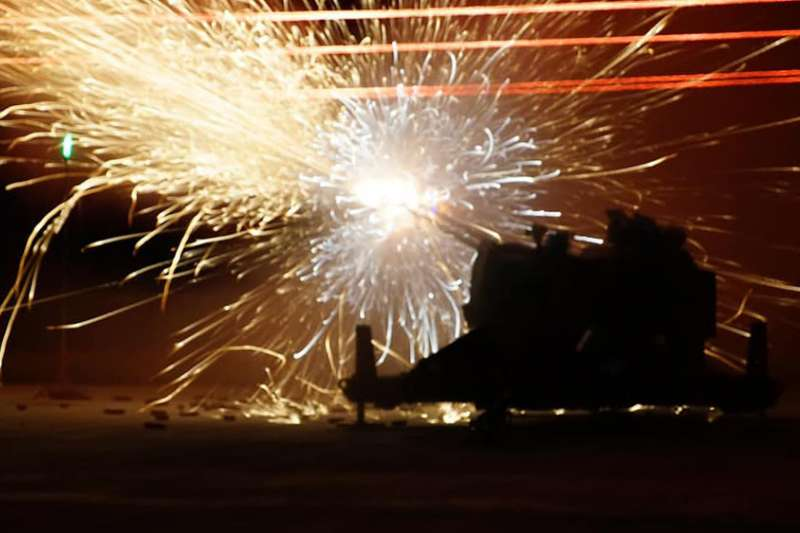 空軍司令部臉書20日稍早發布防空部隊「下基地」進行實彈射擊畫面。圖為35快砲(夜間)。(取自中華民國空軍臉書)