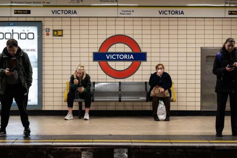 從7月19日起英格蘭絶大部分場所不再需要戴口罩,但是倫敦地鐵還是堅持要求乘客戴口罩。(BBC中文網)