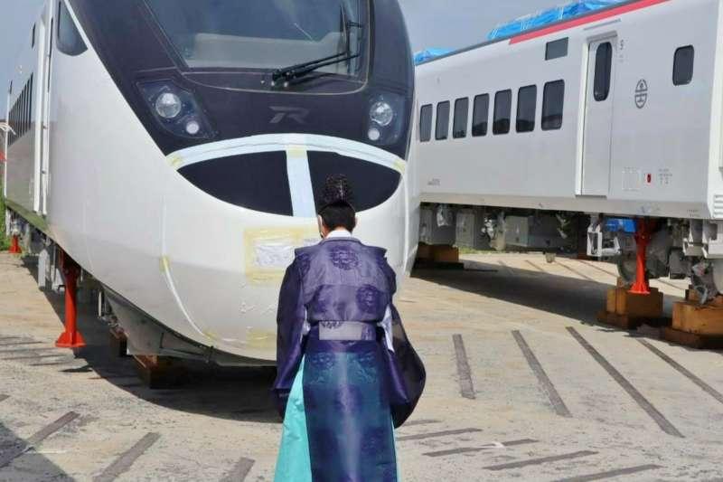 台鐵新購EMU3000城際列車於21日在日本日立製作所舉行祈願儀式,由降松神社祭司主持。(台鐵局提供)