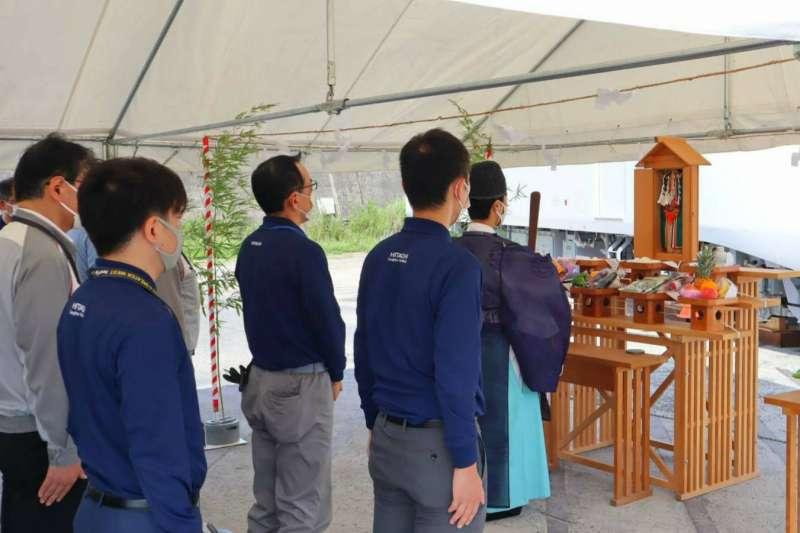 台鐵新購EMU3000新城際列車於21日在日本日立製作所舉行祈願儀式,由降松神社祭司主持。(台鐵局提供)