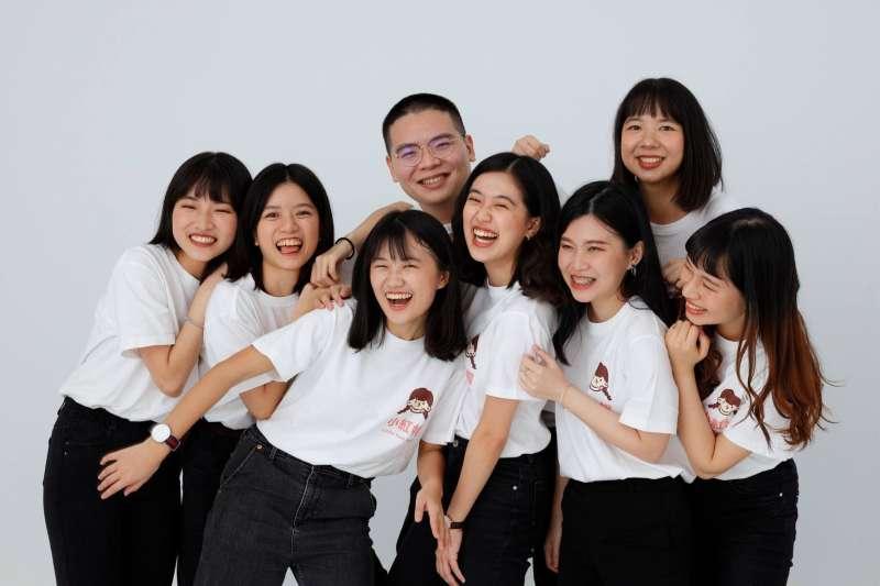 「只有任何一丁點的機會,我都願意盡全力,讓臺灣的美與善被更多人看見!」成為「台灣第一人」拿到堪稱「英國版諾貝爾和平獎」,這個年輕的「月經專家」團隊創辦人吐露心聲...(小紅帽提供)