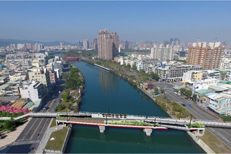 愛河景觀橋預計7月底將完工,將來會開放單車和行人通行。(圖/立委李昆澤提供)