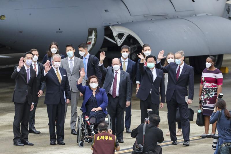 美國聯邦參議員6月6日抵達台灣後,與台灣高層官員合影。(作者提供)