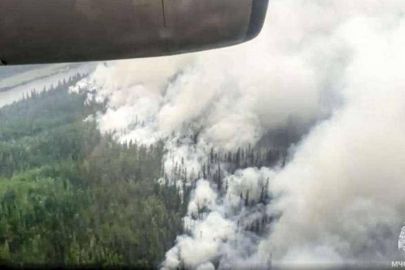 7月18日,俄羅斯西伯利亞薩哈自治共和國森林大火導致濃煙密布(美聯社)