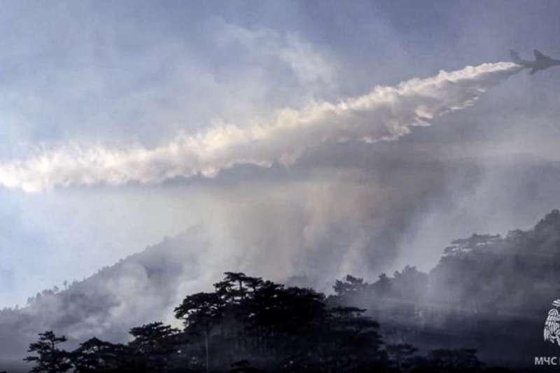 俄羅斯西伯利亞薩哈自治共和國近日發生森林大火,俄羅斯當局努力想撲滅火災(美聯社)