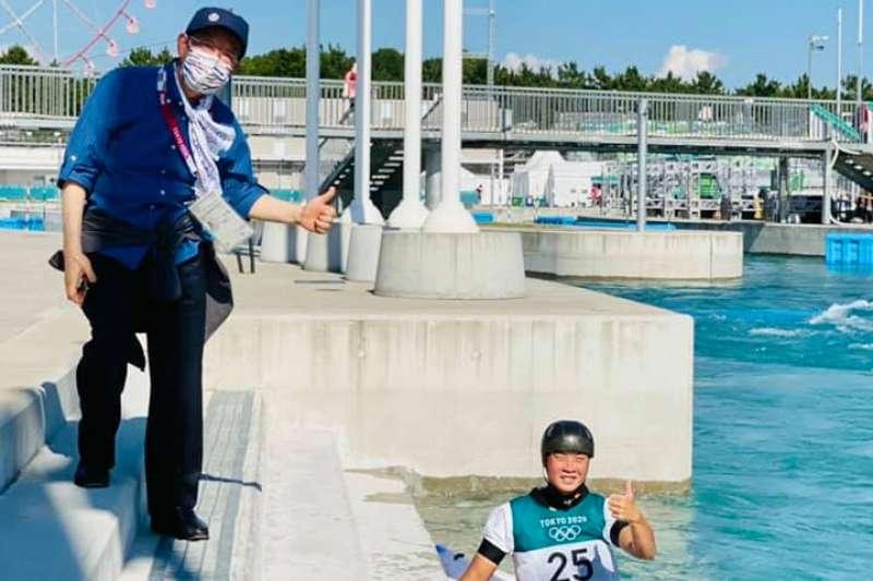謝長廷(左)在「輕艇激流」比賽場地,為練習的台灣選手張筑涵(右)加油。(資料照,取自張筑涵臉書)