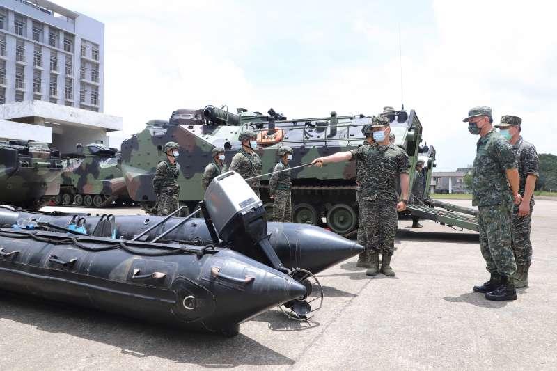 烟花颱風來襲,國軍調整為災害防救模式。圖為AAV7兩棲突擊車。(第3作戰區提供)