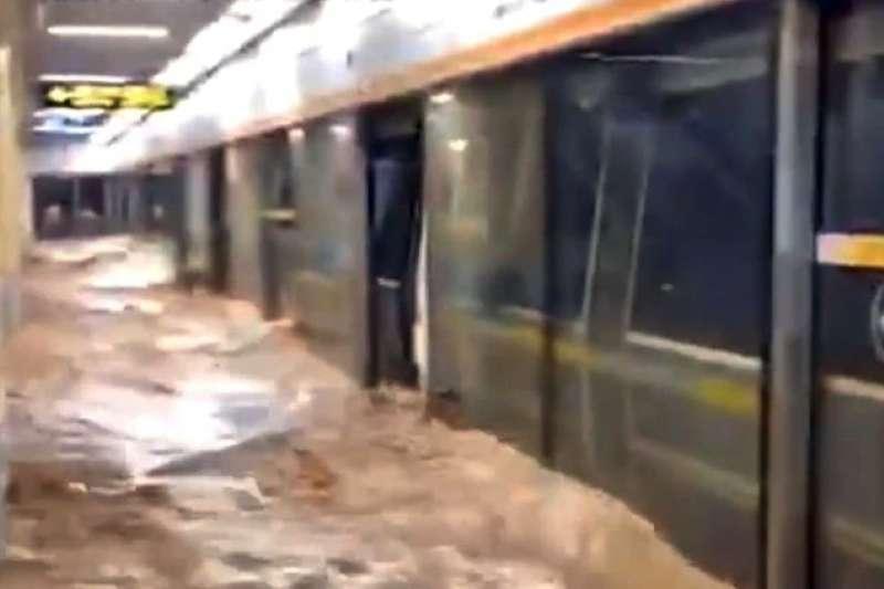 中國河南鄭州地鐵被大水被淹導致14人死亡,是一場天災但背後也有人禍。(翻攝微博)