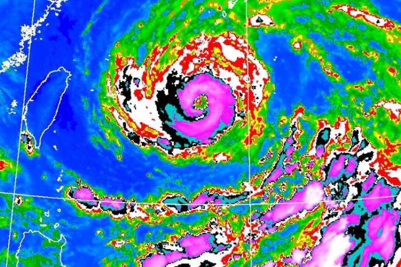 烟花颱風紫色的眼牆雲系接近環繞一整圈,相對來說強度稍有增強。(取自鄭明典臉書)