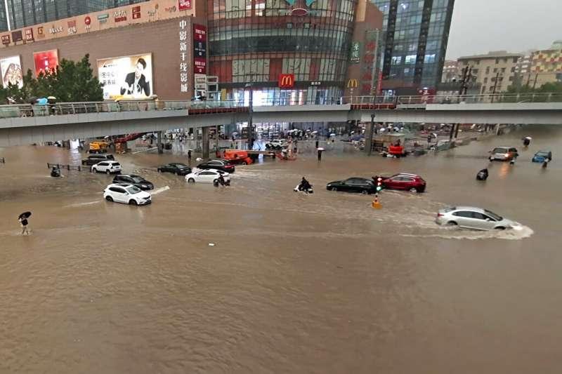河南地區連日降下破紀錄豪雨,鄭州一帶災情尤為慘重。(美聯社)