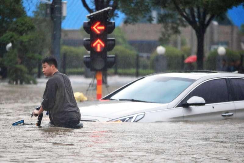 2021年7月20日,中國河南省鄭州一帶遭受洪水侵襲。 (美聯社)