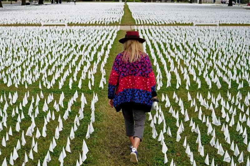 去年,在華盛頓特區的羅伯特 · 甘迺迪紀念體育場附近,數以千計的白旗被用於紀念死於 Covid-19 的美國人。(AP)