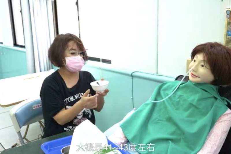 職訓影音課程教授老人照顧基礎技巧。(圖/新北市勞工局提供)