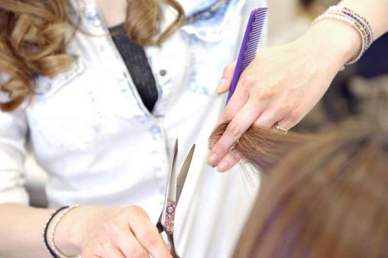 一位百元理髮店的理髮師抱怨,百元理髮就是便宜、拚速度,但有些客人卻像大爺一樣講不聽。(圖/取自photoAC)
