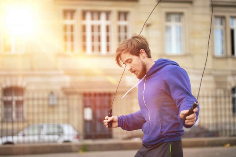 跳繩不只方便,更是一個「健康效益」十分高的帶氧燒脂運動,非常適合沒時間做運動而又關注健康的都市人。(圖/取自photoAC)(圖/取自photoAC)