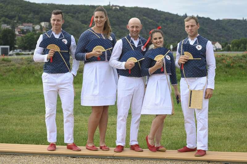 2021日本東京奧運:捷克代表隊服裝使用藍染技術設計製作,並搭配小扇子與日本文化連結(AP)