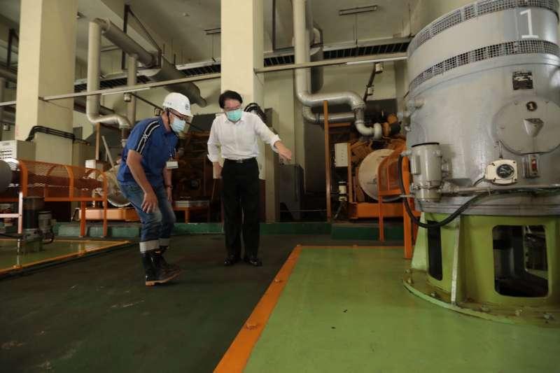 基隆市長林右昌22日前往堵南抽水站視察抽水機,抽水站每秒可排放20噸的水量。(基隆市政府提供)