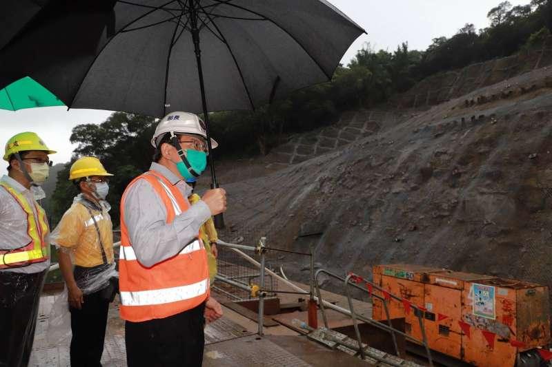 交通部長王國材(右一)22日親自視察侯硐邊坡防颱準備情形。(交通部提供)