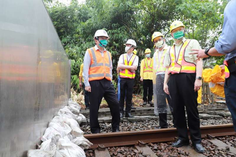 交通部長王國材22日視察臺北隧道北口防洪閘門運作情形。(交通部提供)
