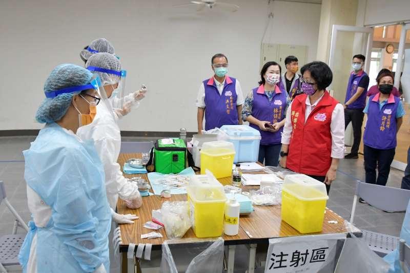 彰化縣長王惠美到二林視察教育人員施打疫苗作業。(圖/彰化縣政府提供)