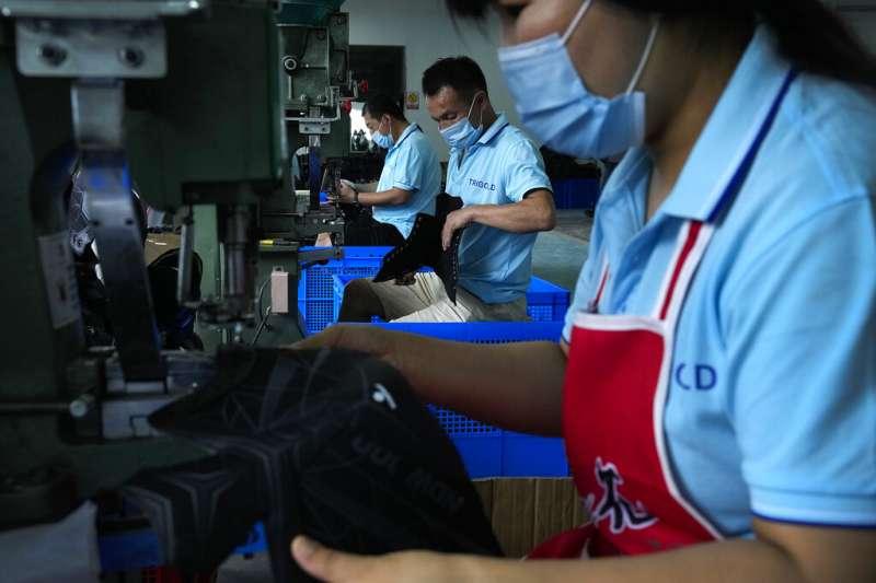 許多中國工廠正在消化原料成本的上升,這有助於防止其他地方的消費品價格進一步上漲。(AP)