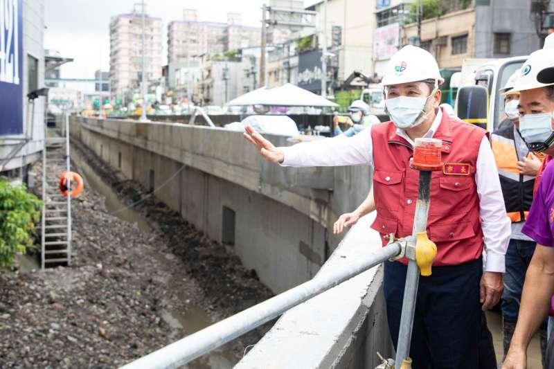 新北市長侯友宜22日視察防颱工作,並呼籲民眾千萬別去垂釣、觀浪。(新北市政府提供)
