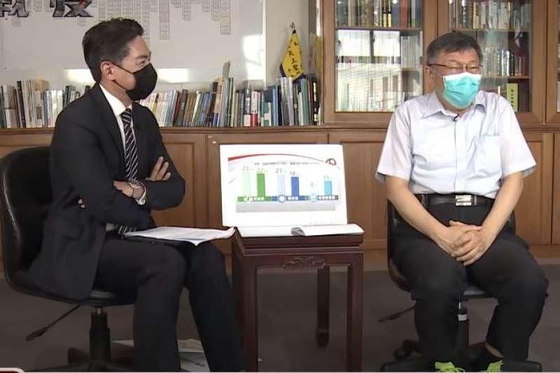 台北市長柯文哲(右)接受《台灣啟示錄》節目專訪,主持人洪培翔(左)問民進黨支持度掉15%,柯文哲表示選舉還是會回歸。(取自台灣啟示錄youtube影片)