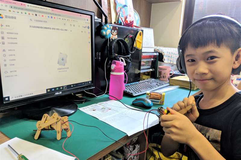義學國小翁右倫參加三民高中職探中心「超電力霸犇」線上育樂營。(圖/新北市教育局提供)