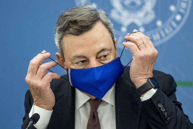義大利總理德拉吉22日宣佈,8月6日起,持有新冠疫苗施打證明「綠色通行證」的人才能自由進出一系列場所。(AP)