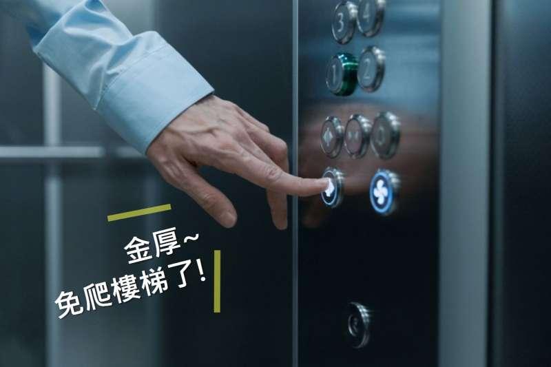 新北市社會住宅率先全國推出「新北高齡友善換居-樓梯換電梯」方案,協助65歲以上長輩及身障市民換居至有電梯之社會住宅(示意圖)。(圖/新北市城鄉發展局提供)