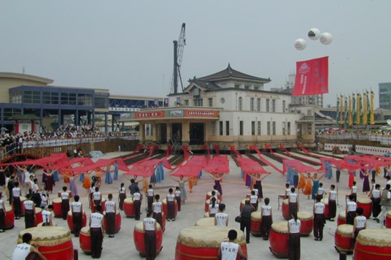 2002年遷移開工典禮-打鼓表演。(圖/高雄市工務局提供)