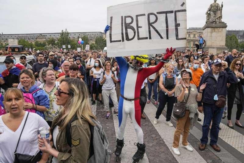 7月17日,法國巴黎大批民眾上街抗議馬克宏政府的「健康通行證」新規定(美聯社)