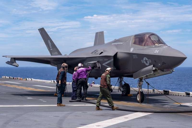 2021年6月3日,美軍兩棲攻擊艦美利堅號 (LHA 6) 的地勤正在為陸戰隊第31遠征部隊 (MEU) 的F-35B補充油料。由於前進部署的緣故,美利堅號在第七艦隊的菲律賓海海域巡弋。(美國海軍官網)