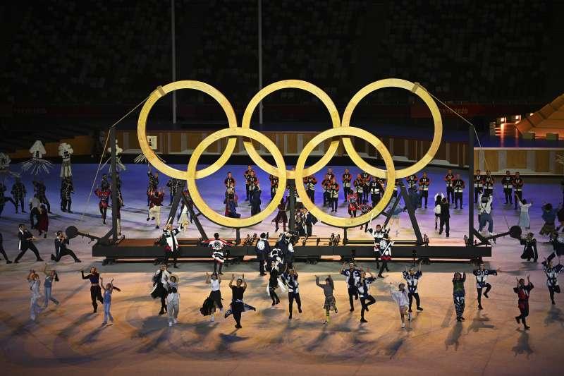 東京奧運23日晚間正式舉行開幕典禮,其中表演奧運50種運動圖標的表演環節獲得許多好評,表演人分別來自日本喜劇團體「Gamarjobat」及默劇團體「GABEZ」。(資料照,美聯社)