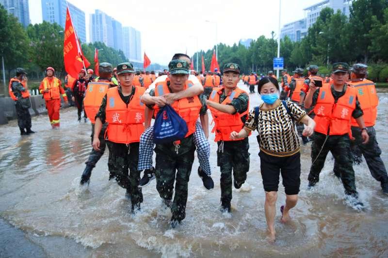 2021年7月22日,中國軍方在河南鄭州協助一間醫院撤離群眾。(美聯社)