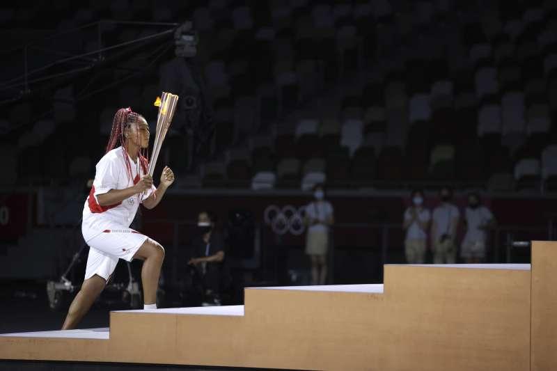 2021年7月23日,東京奧運(東奧)開幕式,日本網球天后大坂直美點燃聖火台聖火(AP)